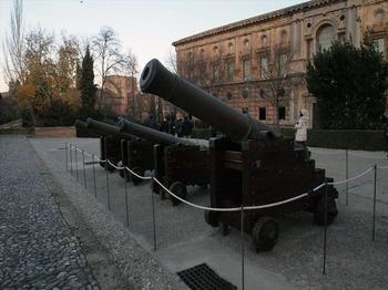 カルロス5世宮殿前_R.JPG